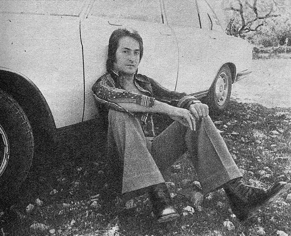 Nino Bravo sentado junto a su automóvil, un lujoso <<BMW>>. Hacía apenas dos meses que lo tenía y no lo había adquirido para correr, sino porque era un coche grande y familiar.