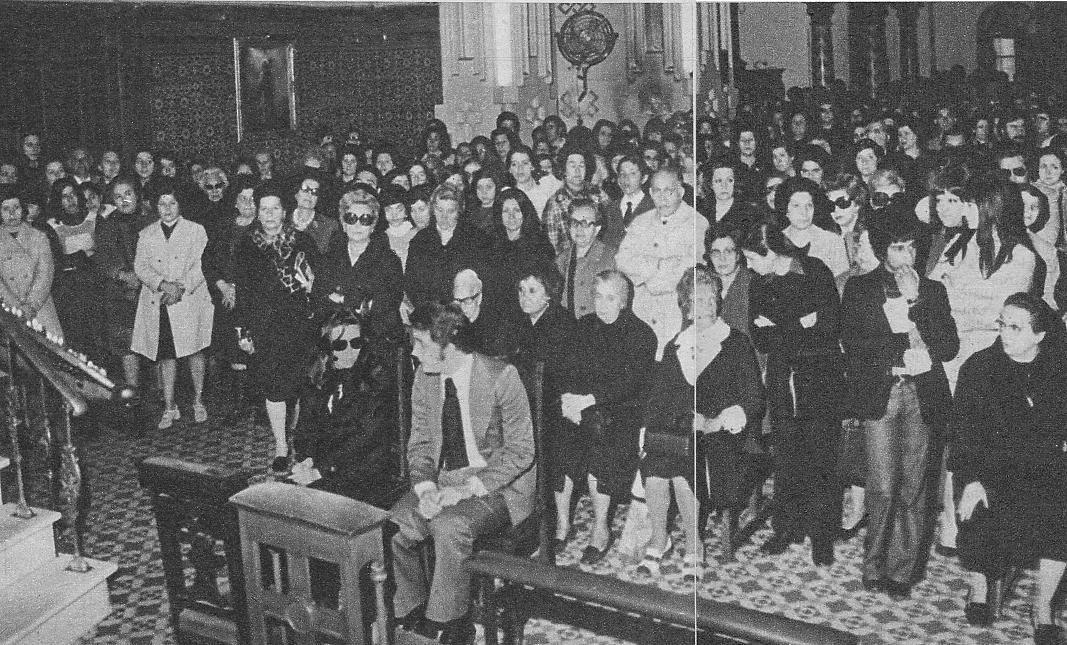 En la iglesia madrileña de la Merced se celebró un solmene funeral por el eterno descanso de Nino Bravo. El funeral fue organizado por Jaime Morey y Manuel Alejandro. En primer término vemos a Jaime Morey y a Rocío Jurado completamente enlutada.