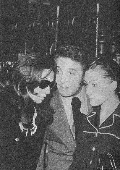 Jaime Morey con su esposa, María y Rocío Jurado, que aparecía muy apenada, fotografiados a la salida del funeral, al que asistieron numerosos cantantes y no menos curiosos.