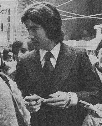 Danny Daniel, fotografiado a su llegada a la iglesia de la Merced. Danny se vio obligado a firmar aut�grafos.