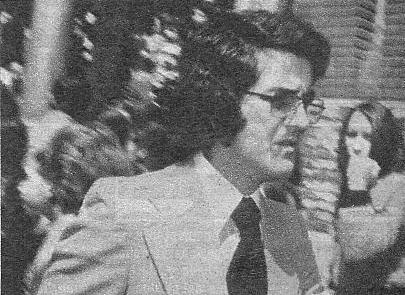 Manolo de la Calva, ex <<Din�mico>>, fotografiado a la salida del templo. Llevaba corbata negra y confes� que se sent�a muy impresionado por la tr�gica muerte de Nino Bravo.