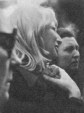 Amparo, o Mary, como Nino la llamaba cariñosamente, durante el entierro. Sostiene un clavel rojo que colocó en la tumba del cantante.