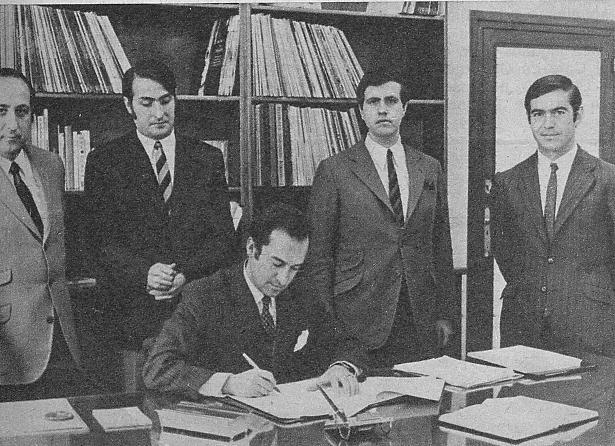 Nino durante la firma de un contrato. Con él aparecen, entre otros, Vicente Villegas, Jesús Campos, y Mariano de Zúñiga.