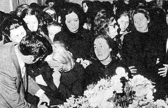 Mary llora desconsoladamente. Cuando su hermano, con grandes precauciones, le comunicó la muerte de Nino, se negóa creerlo