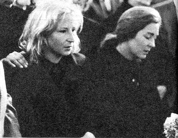 Amparo quien Nino llamaba cari�osamente Mary, fotografiada durante el entierro de su esposo, junto a una familiar.Mary, que espera su segundo hijo para oto�o, aparecer�a deshecha por el dolor, aunque procur� mantenerse serena.