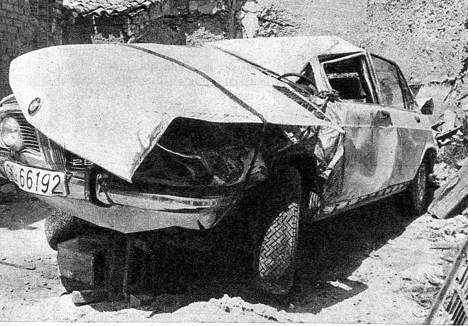 He aqu� una instant�nea de c�mo qued� el coche de Nino, un <<BMW>> autom�tico, tras el accidente ocurrido en el t�rmino de Taranc�n, en la carretera de Madrid a Valencia. Nino, que conduc�a el autom�vil, se sali�  de la carretera al tomar una curva a demasiada velocidad