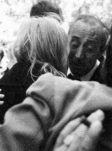 El padre de Nino abrazando cariñosamente a Amparo.