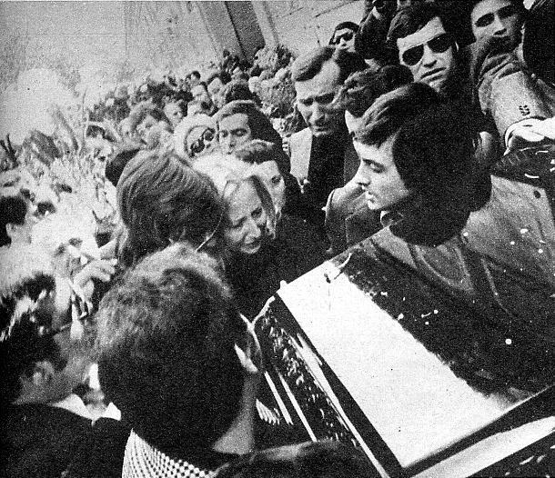 Mary llora junto al féretro en el cementerio de Valencia. Al entierro asistieron unas diez mil personas. Mary y Nino, que se casaron el 20 de abril de 1971, tienen una hija a la que el cantante llamaba <<Nana.>>